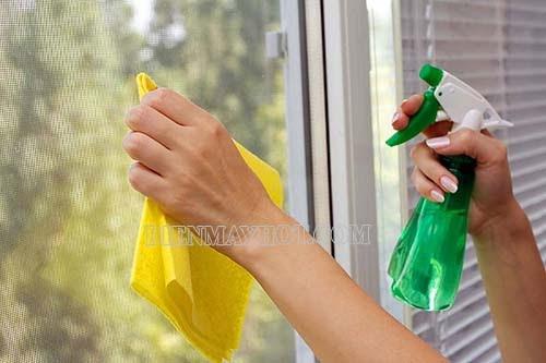 cách lau kính sạch bằng nước lau kính